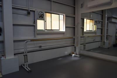 バーは4本あります。 - 梶原バレエワークス バレエ ダンス ヨガスタジオの室内の写真