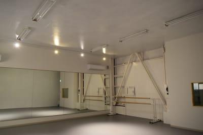 スポットライトもあります。 リラックス系のクラスやダンスに使用しています。 - 梶原バレエワークス バレエ ダンス ヨガスタジオの室内の写真