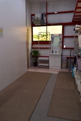 更衣室も広いです。 - 梶原バレエワークス バレエ ダンス ヨガスタジオの室内の写真