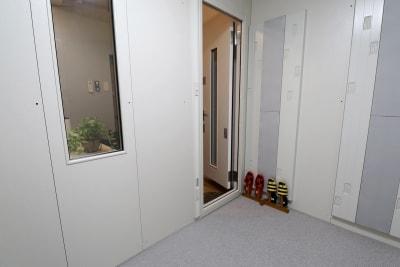 防音室内は土足厳禁です - 赤ばね防音部屋。 防音室付レンタルスペースの室内の写真