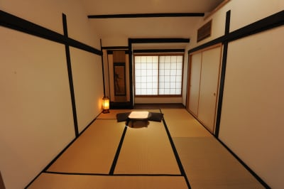 天窓から明るい日差しが降り注ぐ和室スペース  - 京都高瀬川の町家  CanalHouseの室内の写真