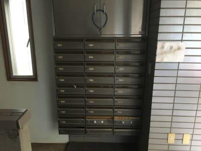 こちらの302号室ポストの中に鍵が入っています。 - YK会議室吉祥寺302の入口の写真