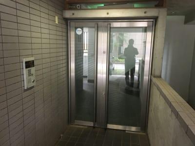 こちらがマンションのエントランスです。 - YK会議室吉祥寺302の入口の写真
