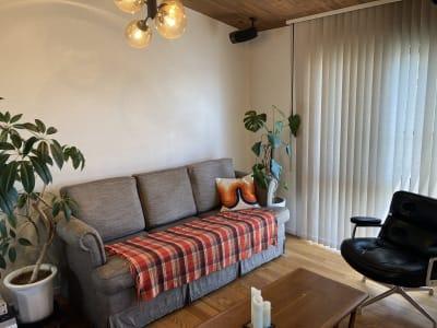 ワークスペース脇のリラックスできるラウンジスペースです。3人掛けソファとラウンジチェア1脚、コーヒーテーブルです。 - ワーケーションスペース茅ヶ崎 コワーキングスペースの室内の写真