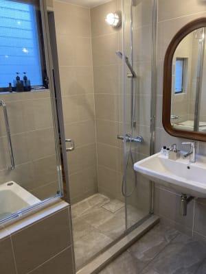 ホテル仕様の特注バスルームです。限られたスペースですが、その分開放的にし、狭さを感じさせないよう工夫しました。 - ワーケーションスペース茅ヶ崎 コワーキングスペースの室内の写真