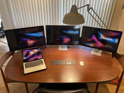 幅1800mm、奥行約1000mmのオーバルテーブルは最大6名掛け。ディスプレイ不要の場合は撤去いたしますのでゆったりとご利用ください。 - ワーケーションスペース茅ヶ崎 コワーキングスペースの室内の写真