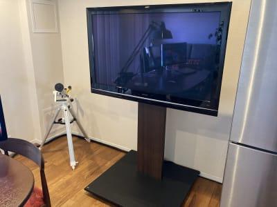 TVは50インチ、モニター使用可。キャスター付きで移動もできます。HDMIケーブルはご自身でご用意ください。 - ワーケーションスペース茅ヶ崎 コワーキングスペースの設備の写真