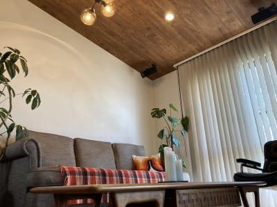 お仕事の合間の一息や、リラックスした打ち合わせなどにどうぞ。勾配天井でとても開放的です。 - ワーケーションスペース茅ヶ崎 コワーキングスペースの室内の写真