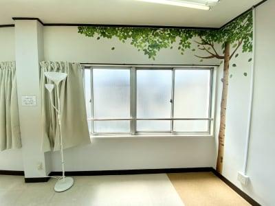 昼間はカーテンを開ければ非常に明るいスタジオです - 【阪神尼崎】D2Dスタジオ24h ダンスのできるレンタルスタジオの室内の写真