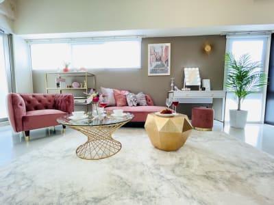 プロデザイナーがこだわり抜いた厳選家具が勢ぞろい💕 - SMILE+Parfait大国町 パーティスペース、撮影の室内の写真