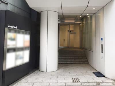 ビル正面入口 - レアルコンサルティング株式会社 会議室2の外観の写真