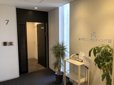 7階エレベーターホール - レアルコンサルティング株式会社 会議室2の入口の写真