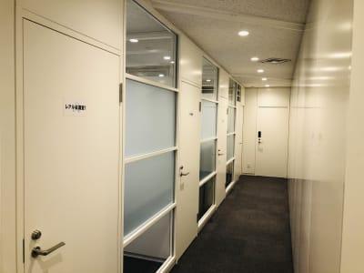 レアルコンサルティング株式会社 会議室2の入口の写真