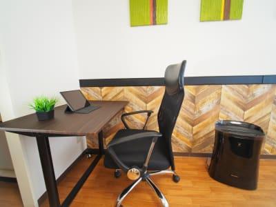昇降式スタンディングデスク『立つ&座る』の組み合わせで集中力UP  - ワーク&ワークアウト池袋 リフレッシュできる貸会議室の室内の写真
