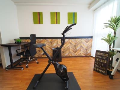 フィットネスバイクで有酸素運動 - ワーク&ワークアウト池袋 リフレッシュできる貸会議室の室内の写真