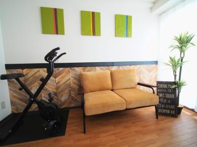 従来の貸し会議室の進化系🌟仕事の合間に運動不足も解消できるハイブリッドスペース - ワーク&ワークアウト池袋 リフレッシュできる貸会議室の室内の写真