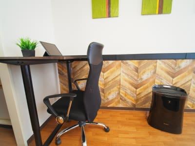 昇降式スタンディングデスク、立ちバージョン - ワーク&ワークアウト池袋 リフレッシュできる貸会議室の室内の写真