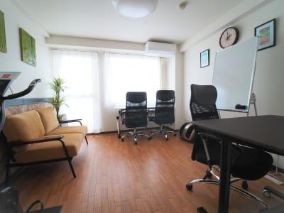 テレワークなどおひとり様でのご利用にも適したスペースです🤗 - ワーク&ワークアウト池袋 リフレッシュできる貸会議室の室内の写真