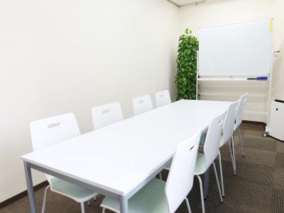 背もたれ付きの椅子は8脚です - 赤坂フローラルプラザ みらいスペース赤坂の室内の写真