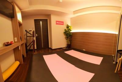 室内全景 ヨガマット2枚設置 - Muscroom(マッスルーム) マッスルーム207号室 ジムの室内の写真