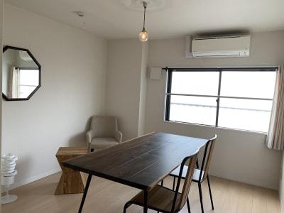 roomD アイアン脚が印象的な大きめのダイニングテーブル - ArtSpaceMONNAKA 室内のみ(5LDK・100㎡)の室内の写真
