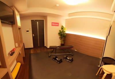 インクラインベンチ 可変式ダンベル20kg×2 - Muscroom(マッスルーム) マッスルーム207号室 サロンの室内の写真