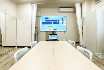 大型ディスプレイ・机・椅子をご用意。会議や勉強会などでもご利用になれます - スタジオサルタールの室内の写真