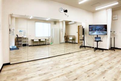 50型大型ディスプレイを使えば、大画面で動画を見ながらダンスの練習ができます - スタジオサルタールの室内の写真