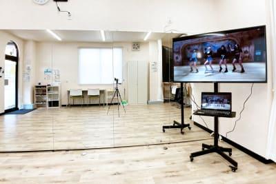 50型大型ディスプレイにはパソコン以外にも、スマホやタブレットも接続できます - スタジオサルタールの室内の写真