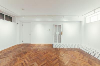 ドアは外扉と内扉があります。 - WB gallery ギャラリー・スタジオの室内の写真
