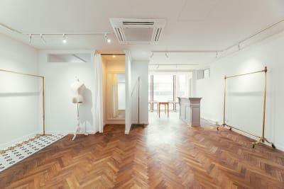 什器・家具などのディスプレイ時の使用イメージ - WB gallery ギャラリー・スタジオの室内の写真