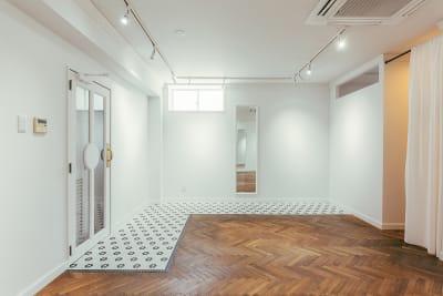 ヘキサゴンのモザイクタイル張りの床面 - WB gallery ギャラリー・スタジオの室内の写真