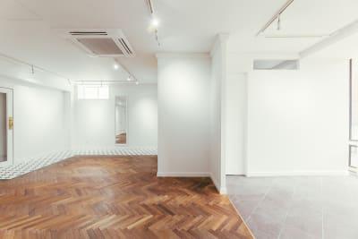 フローリングとタイルにて切り返しがあります。 - WB gallery ギャラリー・スタジオの室内の写真