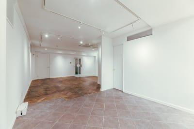 窓側はタイル張りの床面 - WB gallery ギャラリー・スタジオの室内の写真