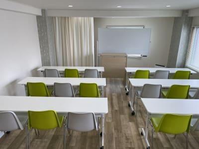 セミナー等(椅子は18脚)もできます。 - 岡田ビル3階 貸し会議室の室内の写真
