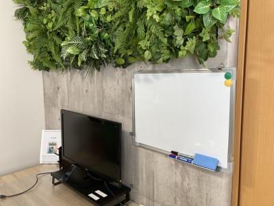 (株)ベースラボラトリー 森の部屋 ホワイトボードの写真です(小さめです) - 森の部屋 貸し会議室の室内の写真