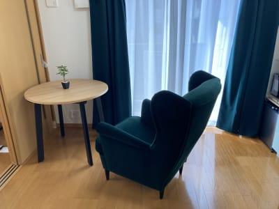 (株)ベースラボラトリー 森の部屋 室内の写真です ちょっと休憩 コーヒータイムや読書はどうですか? - 森の部屋 テレワークの室内の写真