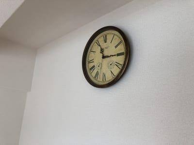 カチカチ音のしない時計なので動画撮影にも最適 - MEETINGROOM 85坂戸 貸会議室/個室/8名/清潔/格安の室内の写真