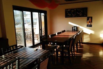 窓の端が扉になっていて、テラス席に繋がっています。 - 肉バル ビーキッチン 1F レンタルスペースの室内の写真