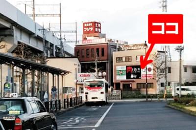駅前ロータリーから見た様子です。看板が目印です。 - 肉バル ビーキッチン 1F レンタルスペースの外観の写真