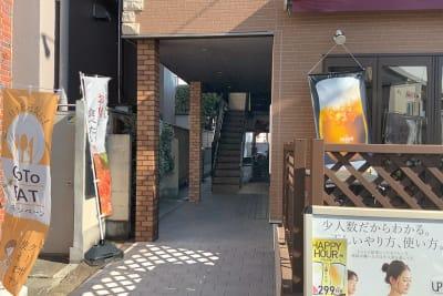 道路から見た様子 入って右手に玄関入口があります。 - 肉バル ビーキッチン 1F レンタルスペースの入口の写真