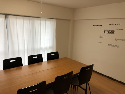 MEETINGROOM 85坂戸 貸会議室/個室/8名/清潔/格安の室内の写真