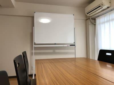 ホワイトボードをご利用頂けます - MEETINGROOM 85坂戸 貸会議室/個室/8名/清潔/格安の室内の写真