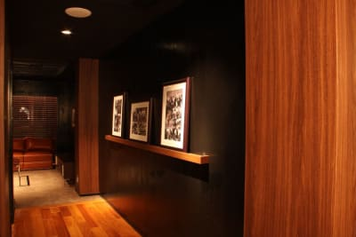 バーラウンジスペース通路 - FURACHI(フラチ) バーラウンジ&BBQテラスの室内の写真