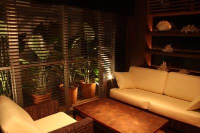 バーラウンジスペース 窓際ソファー席 - FURACHI(フラチ) バーラウンジ&BBQテラスの室内の写真