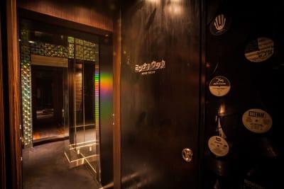 カラオケ個室入口 - FURACHI(フラチ) バーラウンジ&BBQテラスの室内の写真
