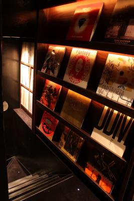 カラオケ個室入口階段 - FURACHI(フラチ) バーラウンジ&BBQテラスの室内の写真