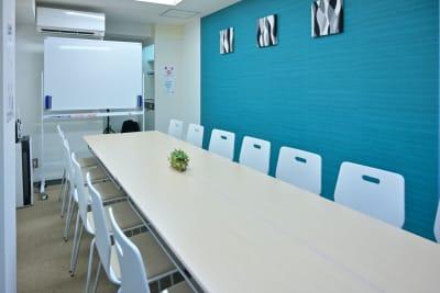GS会議室藤沢駅南口店・ブルー 動画撮影や会議に最適な貸会議室の室内の写真