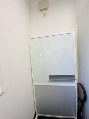 ホワイトボード - マルチスペース Pave下北沢 会議室、多目的スペースの設備の写真