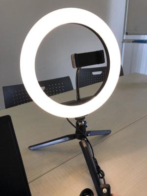 Web会議や面談に最適なリングライトをご利用ください - MEETINGROOM 85坂戸 貸会議室/個室/8名/清潔/格安の室内の写真